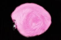 Маленькая серебристая пробочка с длинным розовым хвостом