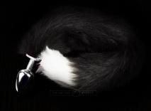 Маленькая серебристая пробочка с длинным черно-белым хвостом