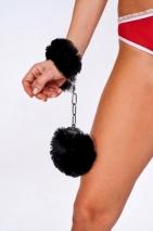 Шикарные наручники с пушистым черным мехом Be Mine