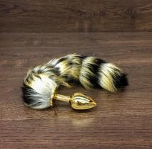 Небольшая золотая пробка с хвостом енота
