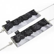 Элегантные атласные наручники с кружевом и цепочкой Play Nice